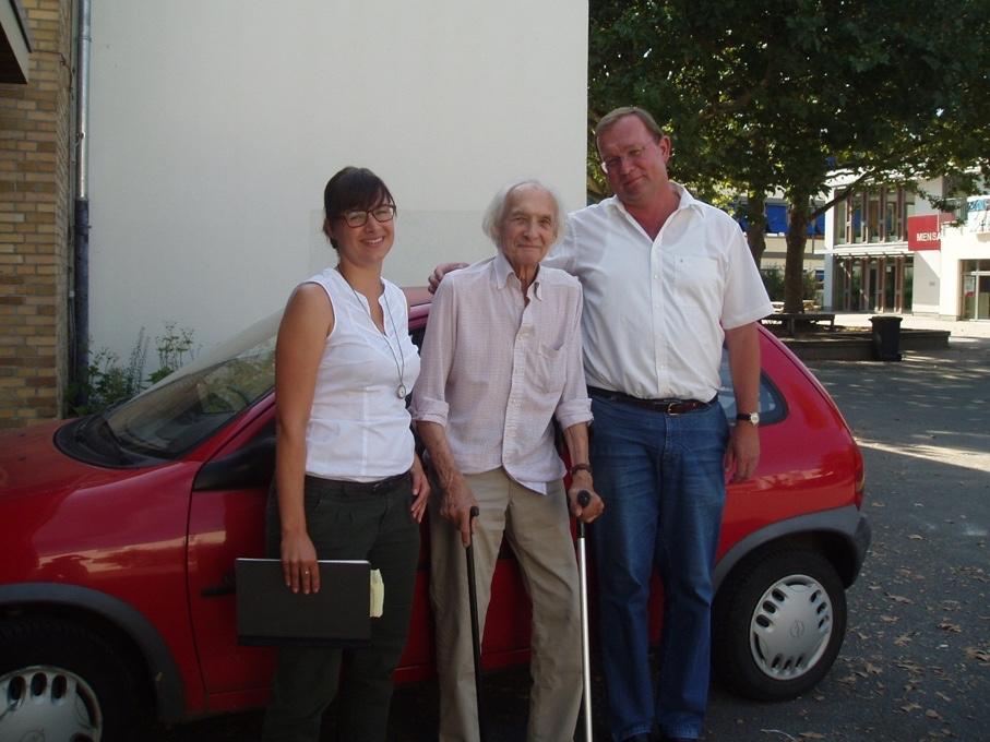 Herbert Westenburger, 93 Jahre, nach seinem letzten Vortrag in der Wöhlerschule im Sommer 2013, mit Frau Brehl (links) und Herrn Clößner (rechts) (Foto: M.Faltinat)